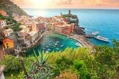 Деревня Vernazza и сногсшибательный восход солнца, Cinque Terre, Италия, Европа Стоковые Фотографии RF