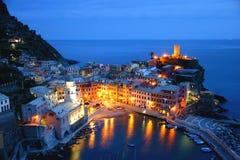 Vernazza (Cinque Terre) bij Schemer Royalty-vrije Stock Afbeeldingen