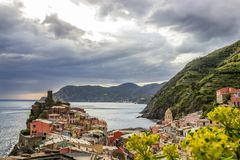 Vernazza in Cinque Terre in Italien stockfotos