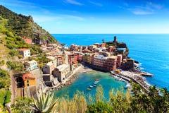 Vernazza cinqueterre Italien med järnvägen Royaltyfri Foto