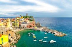Vernazza-Dorf mit typischen bunten mehrfarbigen Gebäudehäusern, Schloss Castello Doria auf Felsen und Jachthafenhafen mit Booten, stockfotos