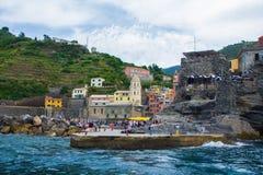 Vernazza, Itália - 28 de maio de 2018: Vernazza, uma das cinco cidades pequenas no parque nacional de Cinque Terre Vista da excur foto de stock