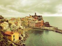 Vernazza Italia con el fondo del cielo nublado Vista aérea del pueblo pesquero de Vernazza, paisaje marino en cinco tierras, Cinq Imágenes de archivo libres de regalías
