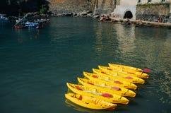 VERNAZZA, ITALIE - 20 JUIN 2016 : Canoës jaunes amarrés dans le village de pêche de Vernazza Cinque Terre National Park, monde de photos stock