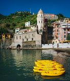 VERNAZZA, ITALIE - 20 JUIN 2016 : Canoës jaunes amarrés dans le village de pêche de Vernazza Cinque Terre National Park, monde de photographie stock