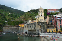 VERNAZZA, ITALIE - 14 JUIN 2017 : port de Vernazza avec l'église de Santa Margherita et ses maisons colorées en italien la Rivier Photos libres de droits