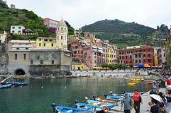 VERNAZZA, ITALIE - 14 JUIN 2017 : port de Vernazza avec l'église de Santa Margherita et ses maisons colorées en italien la Rivier Photo libre de droits