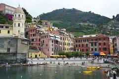 VERNAZZA, ITALIE - 14 JUIN 2017 : port de Vernazza avec l'église de Santa Margherita et ses maisons colorées en italien la Rivier Image stock