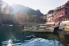 Vernazza, Italien, La Specia-Provinz, Ligurien Regione, am 8. August 2018: Ansicht über die bunten Häuser entlang der Küstenlinie stockfotos