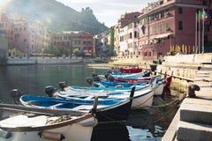 Vernazza, Italien, La Specia-Provinz, Ligurien Regione, am 8. August 2018: Ansicht über die bunten Häuser entlang der Küstenlinie stockbild