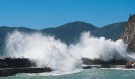 Vernazza-Kai unter Meerwasser an einem Tag von rauem Meer lizenzfreie stockbilder