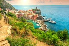 Vernazza by och fantastisk soluppgång, Cinque Terre, Italien, Europa royaltyfria foton