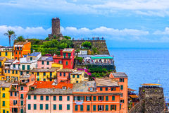 Vernazza by och torn Arkivfoto