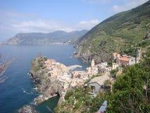 Vernazza op Italiaanse kust verstrekt een dramatische scène Stock Fotografie
