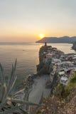 Vernazza by på solnedgången Arkivfoton
