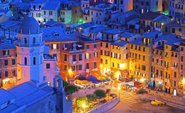 Vernazza pendant la nuit bleue photos stock