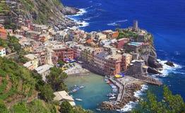 Vernazza vilagge op Mediterrane kust, Cinque Terre, Italië Royalty-vrije Stock Foto's