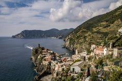 Vernazza y el océano en Cinque Terre, Italia Imagen de archivo