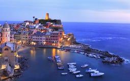 Vernazzadorp bij schemer op Mediterrane kust, Cinque Terre wordt verlicht die Stock Afbeelding