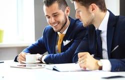 Vernetzung mit zwei überzeugte Geschäftsmännern Stockbild