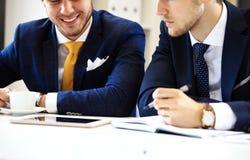 Vernetzung mit zwei überzeugte Geschäftsmännern Stockfoto