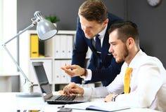 Vernetzung mit zwei überzeugte Geschäftsmännern Stockfotografie