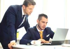 Vernetzung mit zwei überzeugte Geschäftsmännern Lizenzfreie Stockfotografie