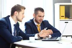 Vernetzung mit zwei überzeugte Geschäftsmännern Lizenzfreies Stockbild