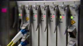 Vernetzungstelekommunikations-Faseroptik-Kabelverbindungskabel angeschlossen und Blinken des geführten Status im Rechenzentrum stock video footage