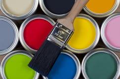 Vernice - barattoli di la vernice di emulsione variopinta Fotografie Stock Libere da Diritti