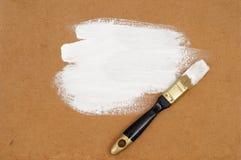 Vernice bianca, spazzola e foglio per impiallacciatura Immagini Stock Libere da Diritti