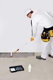 Vernice dell'operaio con il calcestruzzo dell'iniettore Fotografie Stock