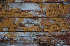 Vernice della sbucciatura sulla vecchia parete di legno Fotografia Stock