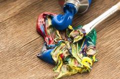 Vernice mescolantesi della spazzola Fotografia Stock