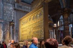 Vernice - 05 Oktober: de toeristen bezoeken beroemde Pala Doro in de Basiliekmatrijs San Marco op 05 Oktober, 2017 in Venetië Stock Fotografie