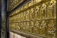 Vernice - Oktober 05: turister besöker den berömda Palaen Doro i basilikan dör San Marco på Oktober 05, 2017 i Venedig Arkivbilder