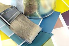 Vernice, spazzola e campioni di colore Fotografia Stock