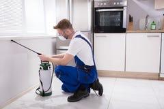 Vernichter-Worker Spraying Insecticide-Chemikalie stockbild