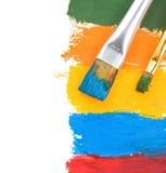 Vernici di colore e della spazzola su bianco fotografie stock libere da diritti