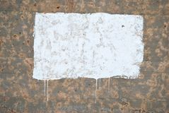 Vernici il gocciolamento giù un muro di cemento fotografie stock