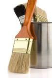 Vernici la benna e la spazzola isolate su bianco fotografia stock