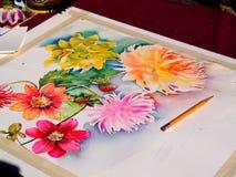 Verniciatura (acquerello) dei fiori in corso Fotografie Stock Libere da Diritti