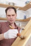 Verniciatura delle mensole di legno Immagini Stock