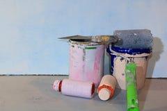 Verniciatura delle pareti durante la riparazione e la fabbricazione di fotofoni con le loro proprie mani fotografia stock libera da diritti