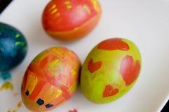 Verniciatura delle uova di Pasqua immagine stock libera da diritti