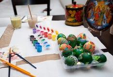 Verniciatura delle uova di Pasqua Fotografie Stock