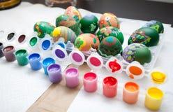 Verniciatura delle uova di Pasqua Fotografia Stock Libera da Diritti
