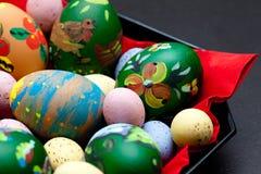 Verniciatura delle uova di Pasqua Fotografia Stock