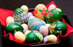 Verniciatura delle uova di Pasqua Immagini Stock