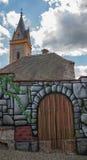 Verniciatura: pareti e portoni e la chiesa antica nei precedenti Immagine Stock
